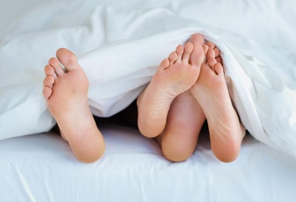 Couple+bed+feet