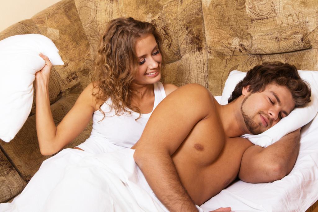 зрелая женщина затащила парня в постель фото
